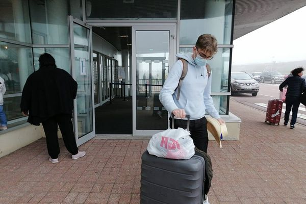 Un étudiant à l'aéroport