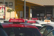 """Gronde des auto-écoles réunies sur le parking de la """"DI3T"""", le 26 octobre."""