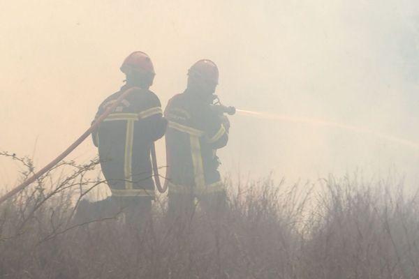 Pompiers sur un feu / incendie, image d'illustration