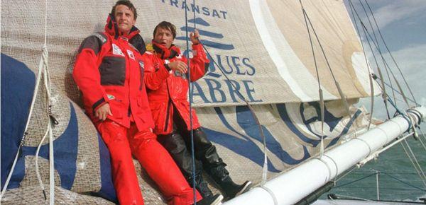 """Les frères Laurent et Yvan Bourgnon manoeuvrant sur la bôme de leur trimaran """"Foncia"""" le 3 octobre 1999 au large des côtes bretonnes."""