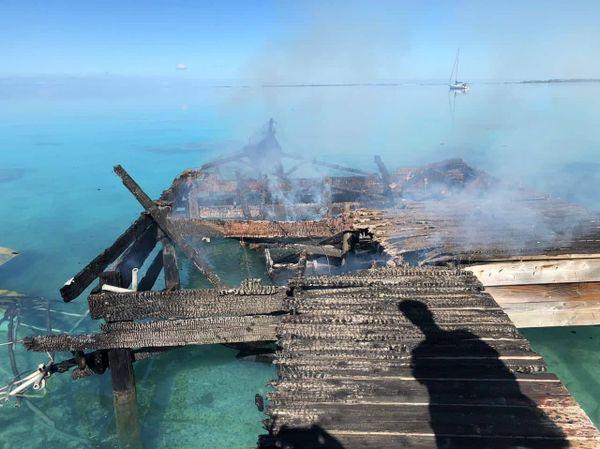 Le ponton a partiellement brulé