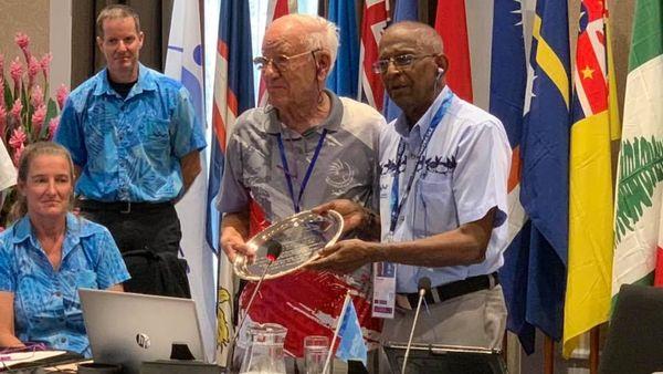Samoa 2019, remise du life membership du Conseil des Jeux à Roger Kaddour