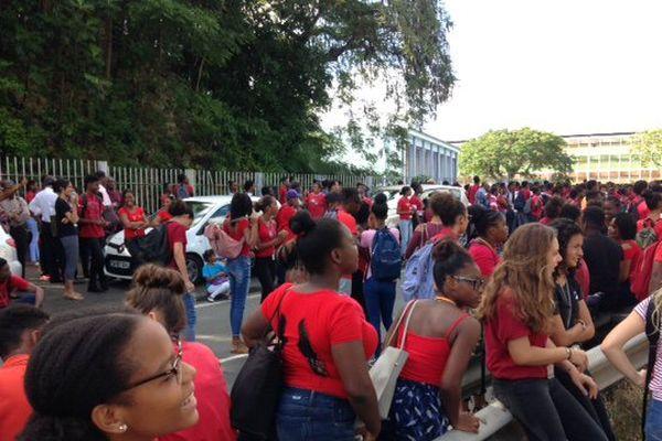 manifestations en rouge et bleu des lycéens de Baimbridge
