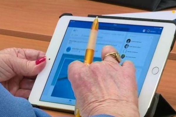 Un cours sur les tablettes et smartphones pour les seniors