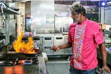 Le chef Guy Ferdinand en pleine action en cuisine.