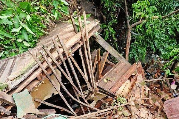 Case détruite par un éboulis en banlieue de Tana