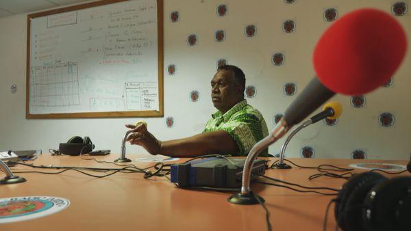 Dans le studio de Radio Djiido, à Nouméa. André Qaeze