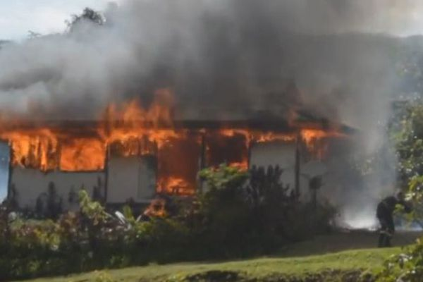 Raiatea : un fare MTR détruit par un incendie à Taputapuatea