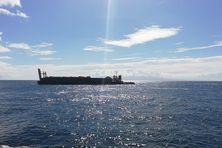 """La nouvelle barge, """"Kukui"""", a quitté samedi le port de Folle-Anse, avec les 843 tonnes de cannes chargées jeudi"""