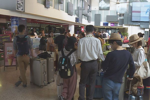 fil d'attente à l'aéroport de Tahiti