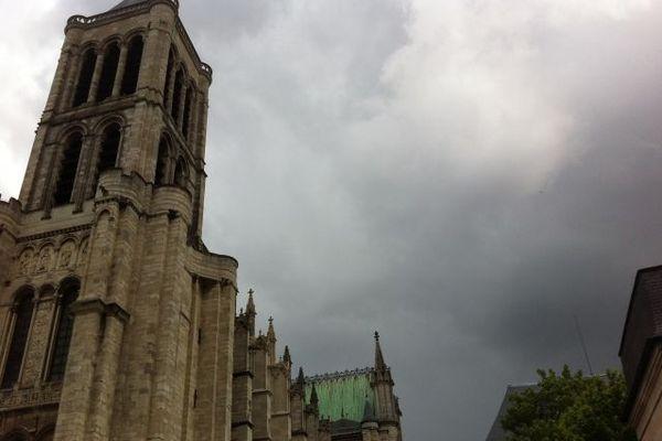 Ciel gris au dessus de la basilique. La pluie intermittente n'a pas perturbé la cérémonie