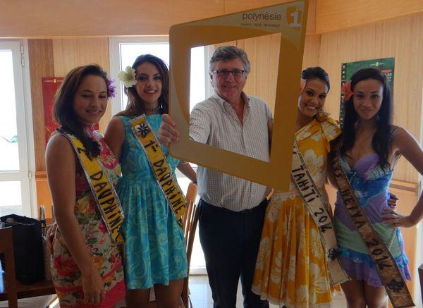 Miss Tahiti et ses dauphines à la direction de Polynésie 1ère