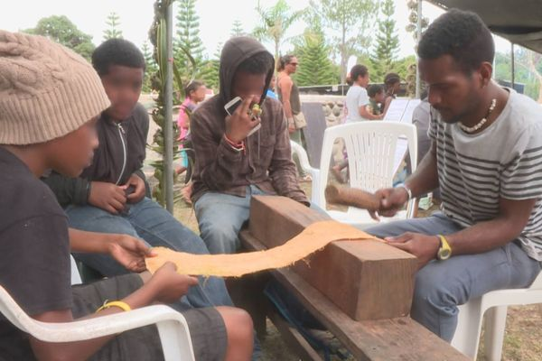 Travail du tapa kanak par des jeunes