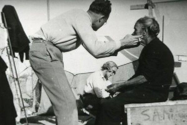 L'anthropologue américain Joseph Birdsell et sa femme Bee en train de prendre des mesures anthropométriques d'une Aborigène.