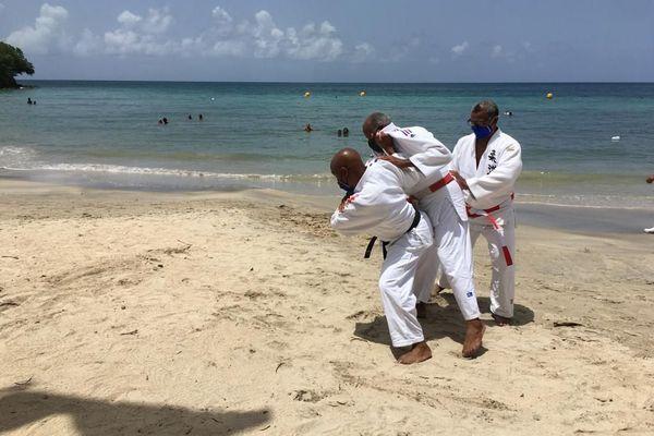 Cours de judo sur la plage