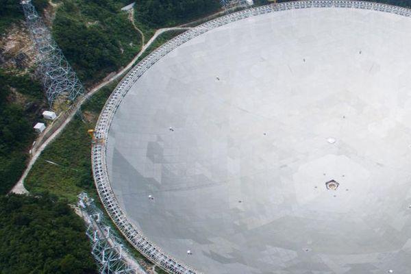 Une vue aérienne du plus grand téléscope au monde, Fast, le 3 juillet 2016. Il a été construit à Qiannan, dans la province de Guizhou en Chine.