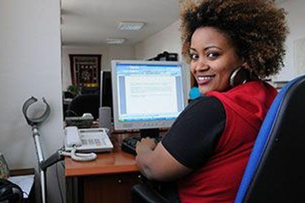 Femme en situation de handicap au travail