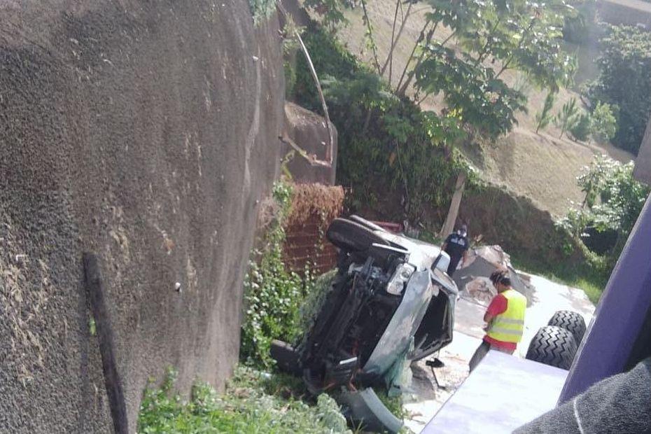 Spectaculaire accident à Miri, une voiture chute de plusieurs mètres - Polynésie la 1ère