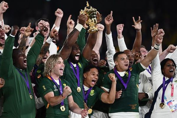 Siya Kolisi, premier capitaine noir des Springboks brandit la Coupe du monde de rugby samedi à Yokohama, après le succès de l'Afrique du Sud sur l'Angleterre (32-12)