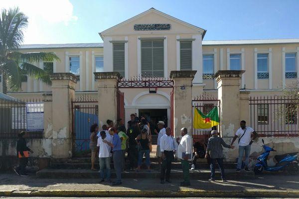 Les militants du MIR devant le tribunal de Cayenne