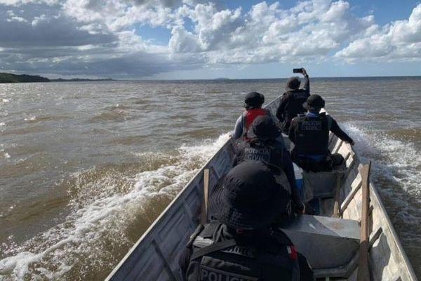 Opération de contrôle de la frontière franco-brésilienne, dans l'embouchure de l'Oyapock, par la police civile d'Oiapoque.
