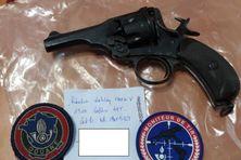 Un calibre 45 a également été saisi par les douanes.