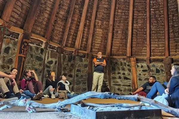 Visite de la case du Centre Culturel Tjiabou