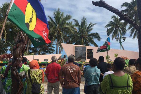 Ouvéa : collectif de Goassanah recueilli sur la tombe des 19