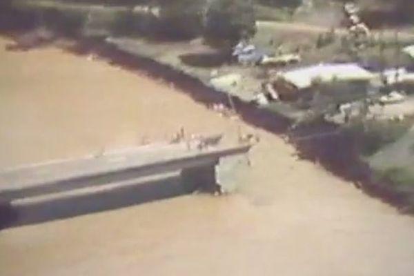 Le pont de la Papenoo effondré après le cyclone Veena en 1983, Tahiti