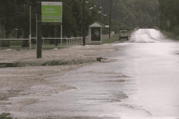 Dumbéa inondation. route coupée.