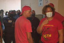 Face à face entre policiers et syndicalistes à l'entrée de l'hôpital Pierre Zobda Quitman à Fort-de-France.