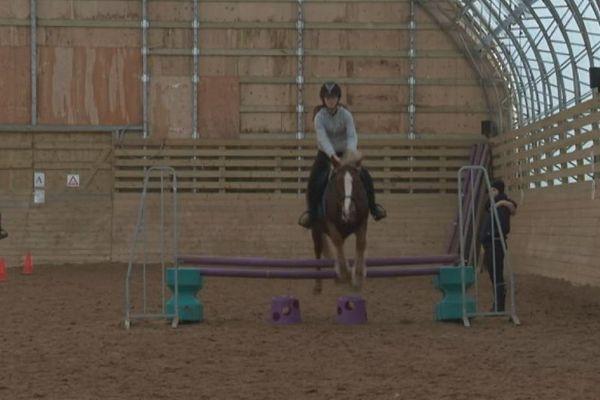 Un concours de saut pour les cavalières du club d'équitation de Saint-Pierre