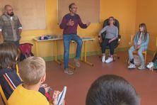 L'archéologue Grégor Marchand intervient dans les classes.
