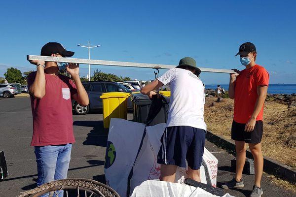bénévoles opération de nettoyage au niveau du sentier littoral du Port