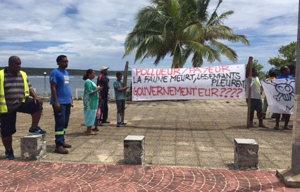 Edouard Philippe en Calédonie banderoles anti pollution à Wé Lifou 3 décembre 2017