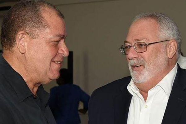 A gauche: Audley Shaw, ministre de l'Agriculture. A droite: Phillip Henriques, président de l'Autorité Industrielle du Sucre