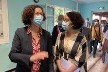 Visite d'Emmanuelle Wargon, ministre du logement, à l'épicerie solidaire de Saint-Joseph et Sandrine Lauret responsable de la boutique solidarité Emmaus