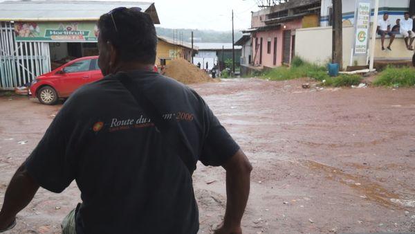 les piroguiers de Vila Vitoria sans clients