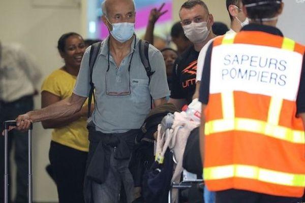 Des passagers arrivant à l'aéroport de Gillot.