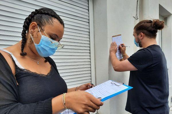 Des personnes faisant un test covid en vue d'un voyage dans les Outre-mer
