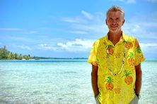 """""""La chemise tahitienne offerte par des polynésiens qui ont un sens de l'accueil extraordinaire"""", a écrit Denis Brogniart sur les réseaux sociaux."""
