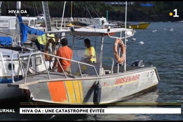 Un navire à l'abandon sorti de l'eau à Hiva Oa
