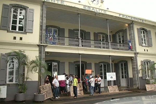 St-André : manif marchands ambulants devant la mairie