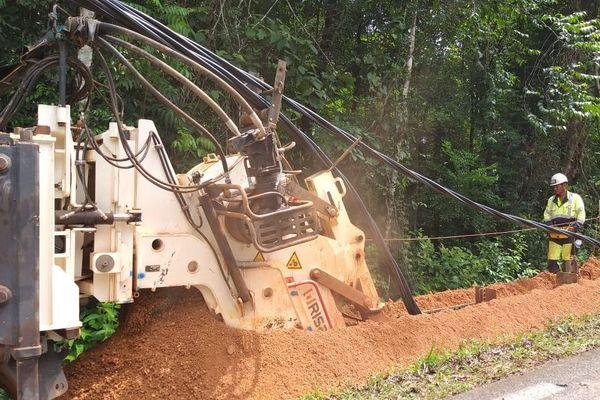 Trancheuse EDF de 25 tonnes pour enfouir les câbles