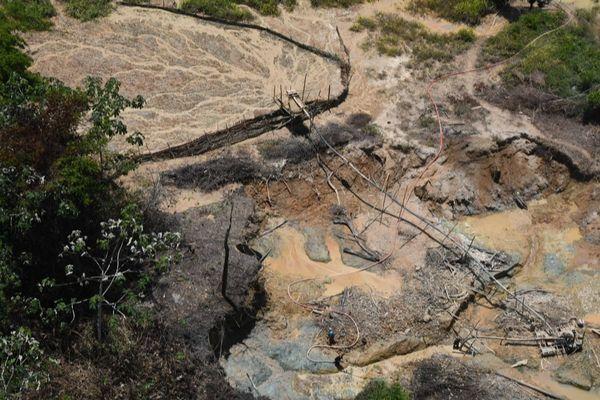 Site d'orpaillage illégal dans le Parc Amazonien