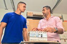 A 24 ans, Jérémy Grondin a décidé d'obtenir un bac pro avec la complicité de Pascal Hoarau, chef d'une entreprise spécialisée dans l'électricité.