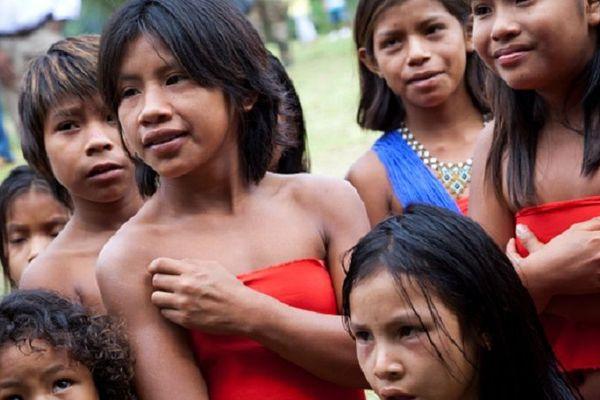Enfants wayana lors d'une visite de Nicolas Sarkozy en 2012