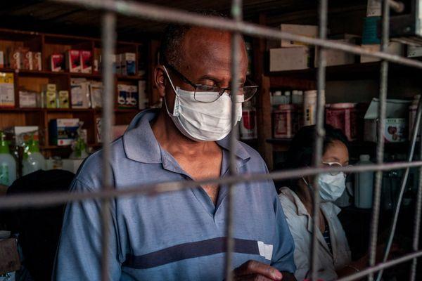 Homme portant un masque à Antananarivo