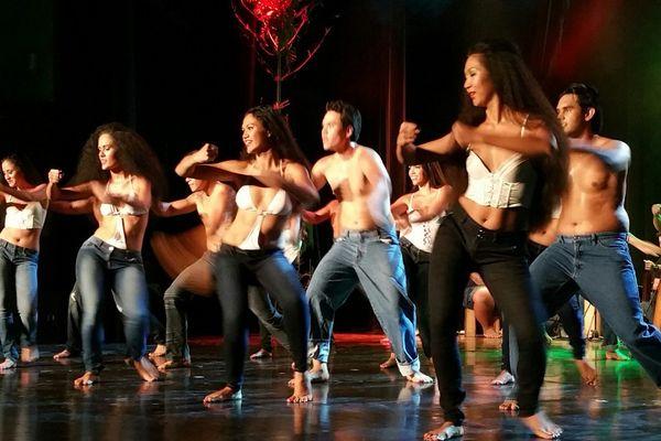 La troupe Manahau durant leur spectacle à la Maison de la Culture