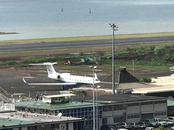 Barack Obama sur le tarmac de l'aéroport de Tahiti Fa'a'a